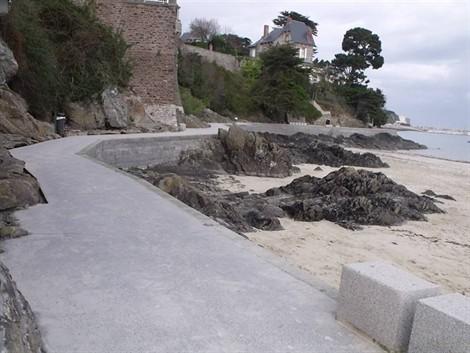La liaison piétonne de Saint-Cast-le-Guildo offre une jolie promenade de 650m au départ de la grande plage jusqu'au port.